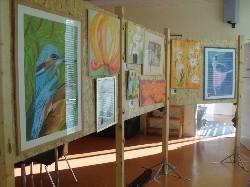 Präsentation von Gemälden an der Rückseite der flexiblen Stellfläche