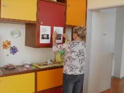 Fleißige Hände aus der Redaktionsgruppe bei der Gestaltung der Ausstellung