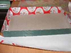 Der Schuhkarton wurde innen und außen mit Weihnachtspapier beklebt