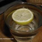 Zitronenwasser ist kalt und heiß lecker und gesund