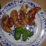 Zum Mittagessen Hähncheninnenfilets mit Basilikum garniert