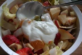 Obstsalat mit Erdbeeren und Joghurt