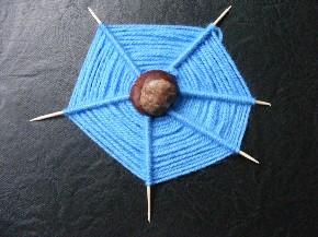 Kastanien-Spinne mit Netz aus Wolle