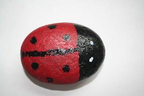 Glückskäfer auf Stein gemalt