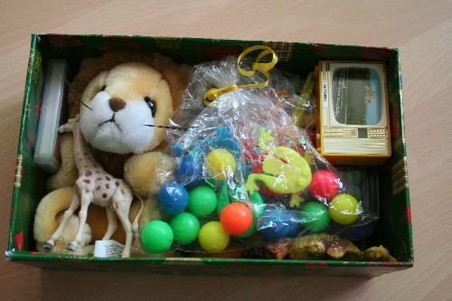 Weihnachten im Schuhkarton 2014 - Geschenke für einen Jungen eingepackt